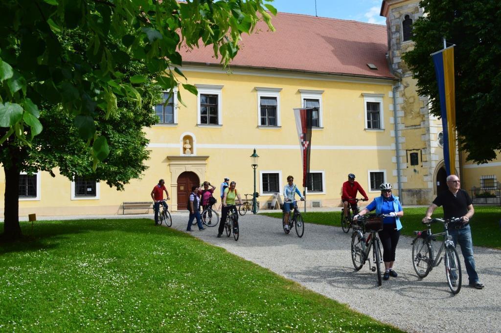 Schloss Atzenbrugg, Radfahrer